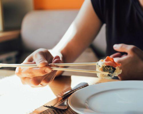 comer con palillos