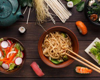 """No es algo de un nicho de mercado, sino parte del mainstream. En este artículo comentamos los aspectos a destacar de la comida asiática y daremos nuestra opinión sobre el auge sufrido por este tipo de gastronomía. La comida asiática Aunque la gastronomía asiática es muy amplia podemos diferenciar ciertas singularidades que la destacan: Mayor importancia de las verduras: Si bien es verdad que para la cocina asiática se usan algunas verduras y hortalizas propias, la mayoría de los ingredientes son los que utilizamos en esta parte del mundo. Sin embargo, lo importante en este punto no es """"el qué"""" si no """"el cómo"""". La forma de cocinar las verduras hace que tengan mucho sabor y que el amante de la cocina disfrute con sus platos. Las salsas también son importantes en este tipo de cocina. En la variedad está el gusto. El uso del arroz la pasta: Quizá este punto no sea tan diferente a la cultura occidental. En la gastronomía asiática podemos acostumbrarnos a ver infinidad de platos que van acompañados de arroz o pasta. Esto es algo que los españoles hacemos, por ejemplo, con el pan. Una base de hidratos de carbono que nos apoya en la asimilación de un sabor y que es muy sencillo de hacer. Más de pescado que de carne: Sí, aunque en España también destacamos por ser buenos consumidores de pescado y marisco, los asiáticos tienen muchos platos en los que el pescado es el protagonista y otros muchos en los que se utiliza el marisco para añadir mayor sabor a los caldos y pastas. El auge de la comida asiática Realmente cuando hablamos de auge de la comida asiática hablamos del wok en el que se preparan recetas de tantos países y la comida japonesa. Sin embargo, el auge es muy antiguo. Llevamos años fijándonos en la cultura asiática, que representa más de la población terrestre, para traer a occidente avances tecnológicos o detalles gastronómicos. ¿O acaso no recordamos que la pasta, aunque de tradición italiana, es de origen asiático? Hoy podemos diferenciar diversos sectores dentr"""